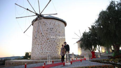 Güzelbahçe'de Pankartlı Sürpriz Evlenme Teklifi Organizasyonu Yeliz & Ümit