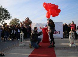 İnciraltında Pankartla Evlilik Teklifi Organizasyonu