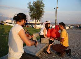 Müzisyenler Eşliğinde Gün Batımı İskelesinde Evlilik Teklifi Organizasyonu