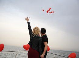 Uçan Balonlar ile Körfezde Evlilik Teklifi Organizasyonu ve Bayanların Kıyafet Seçimi