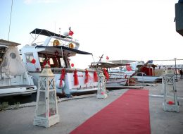 Kırmızı Halı Yer Volkanları ve Denizci Fenerleri Eşliğinde Teknede Evlilik Teklifi Organizasyonu