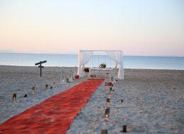 Kumsalda Evlilik Teklifi Organizasyonu Kırmızı Halı Yer Volkanları ve Gazebo Süsleme