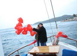 Muğla'da Evlilik Teklifi Organizasyonu Kırmızı Kalpli Uçan Balonlar