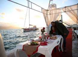 Tekneden Açılan Dev Pankart ile Yelken Kulübünde Evlilik Teklifi Organizasyonu