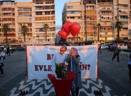 Kırmızı Kalpli Uçan Balonlar ve Benimle Evlenir Misin Yazılı Pankart Eşliğinde Evlilik Teklifi Organizasyonu İzmir