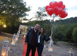 Kırmızı Kalpli Uçan Balonlar ile Yalıkavak'ta Evlilik Teklifi Organizasyonu
