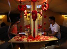 Çeşme Marina Çıkışlı Teknede Evlilik Teklifi Organizasyonu