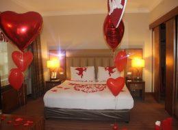 Kırmızı Kalpli Uçan Balonlar ile Otel Odası Süsleme Hizmeti Uşak