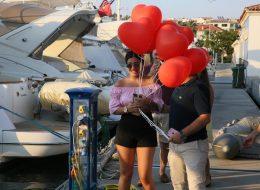 Çeşme Marina Çıkışlı Teknede Evlilik Teklifi Organizasyonu Kırmızı Kalpli Uçan Balon