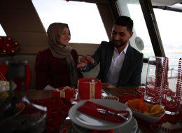 Yüzük Kutusu Pasta ile Teknede Sürpriz Evlilik Teklifi Organizasyonu İzmir