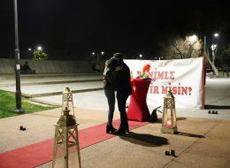 Benimle Evlenir Misin Pankartı ile Romantik Evlilik Teklifi Organizasyonu