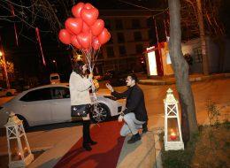Uçan Balonlar Eşliğinde Duygusal Sözler ile Sürpriz Evlilik Teklifi Organizasyonu İzmir