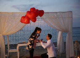 Kırmızı Kalpli Balonlar Eşliğinde Kumsalda Romantik Evlenme Teklifi Organizasyonu