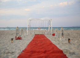 Kırmızı Halı Cam Fanuslar ve Romantik Denizci Fenerleri Eşliğinde Evlilik Teklifi Organizasyonu Çeşme