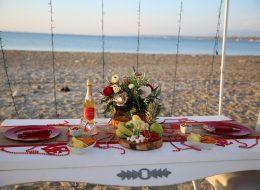 Masa Süsleme ve Çeşme Kumsalda Evlilik Teklifi Organizasyonu