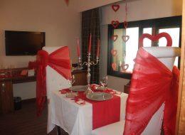 Otel Odasında Evlilik Teklifi Organizasyonu Yemek Masası ve Süslemeleri