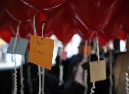 Kırmızı Kalpli Uçan Balonlar ve 'Beni Affet' Yazıları
