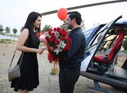 Helikopterde Evlilik Teklifi Organizasyonu ve Çiçek Buketi ile Eş Adayını Karşılama Anı