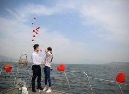 Teknenin Güvertesinden Uçan Balonların Gökyüzü ile Buluştuğu An