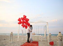 Kırmızı Kalpli Uçan Balonlar Eşliğinde Kumsalda Evlilik Teklifi Organizasyonu