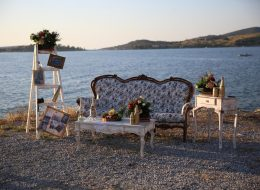 Vintage Dekor ile Kumsalda Evlilik Teklifi Organizasyonu Dekoratif Ürünlerle Süsleme