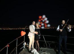 Uçan Balonlar ve Kemancı Eşliğinde Teknede Evlenme Teklifi Organizasyonu