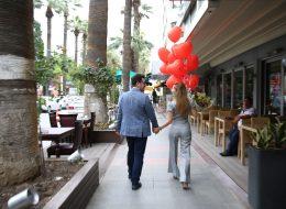 Sinema çıkışı uçan balon ve gül buketi eşliğinde evlenme teklifi organizasyonu