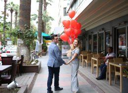 Kırmızı Kalpli Uçan Balonlar Eşliğinde Evlenme Teklifi Organizasyonu İzmir