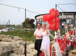 Uçan balonlar eşliğinde iskelede evlenme teklifi organizasyonu