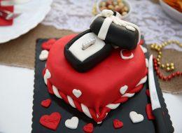 Kutu tasarım pasta ile evlenme teklifi organizasyonu-İskelede restoranda evlilik teklifi organizasyonu