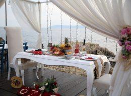 Masa süsleme ve Sığacık Seferihisar'da İskelede evlilik teklifi organizasyonu