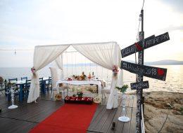 Yönlendirme tabelaları ve Gazebo dekor sahilde evlilik teklifi organizasyonu