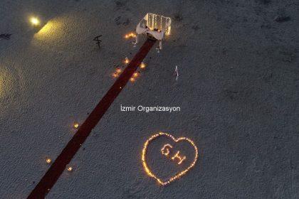 Kumsalda Dev Kalp Figürü ve Havai Fişekli Evlilik Teklifi Organizasyonu