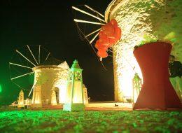 Alaçatı Yel Değirmenleri Evlenme Teklifi Organizasyonu Yürüyüş Yolu ve Uçan Balon Süsleme İzmir Organizasyon