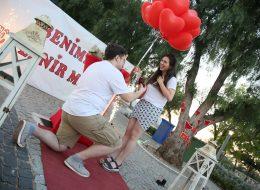 Alaçatı Sürpriz Evlenme Teklifi Organizasyonu Diz Çökme Anı İzmir Organizasyon