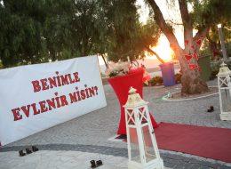 Alaçatı Yel Değirmenlerinde Gün Batımında Evlilik Teklifi Organizasyonu İzmir Organizasyon