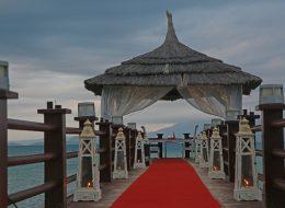 Çeşme Otel İskelede Evlilik Teklifi Organizasyonu İzmir Yürüyüş Yolu Süsleme İzmir Organizasyon
