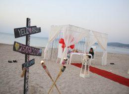 Seferihisar Sahilde Evlenme Teklifi Organizasyonu Yönlendirme Tabelası Denizci Fenerleri ve Gazebo Süsleme