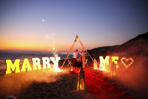 Kumsalda Marry Me Işıklı Harflerle Evlenme Teklifi