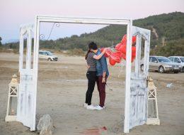 Kumsalda Romantik Kapı Dekoru İzmir Organizasyon