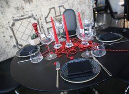 Lüks Restoranda Evlilik Teklifi Organizasyonu Şık Şamdan ile Masa Süslemeleri