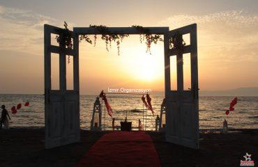 Seferihisar Kumsalda Evlenme Teklifi Organizasyonu Kapı Dekoru Süsleme İzmir Organizasyon