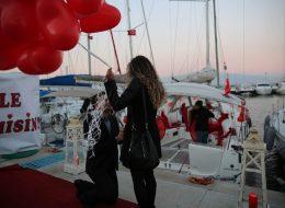 Kırmızı Kalpli Uçan Balonlar ile Evlilik Teklifi Organizasyonu